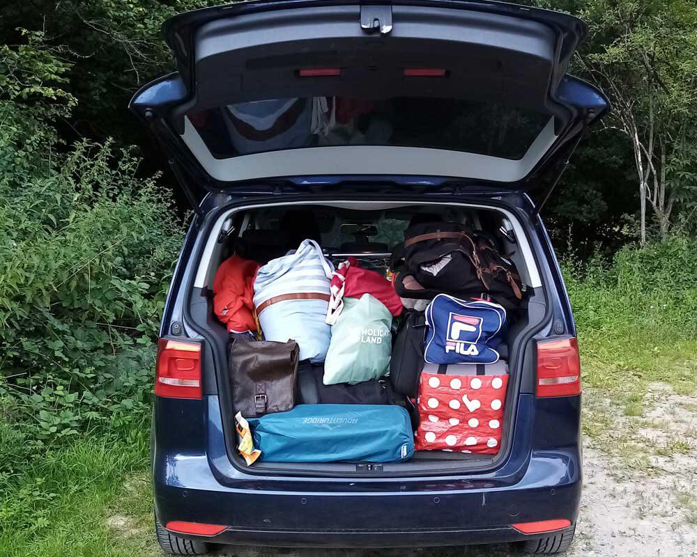 Autofahrten mit Kindern - der  Kofferraum sieht chaotisch aus, wird aber systematisch bepackt.