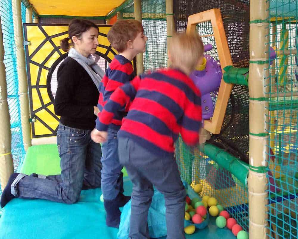 Zwillinge im Indoor Spielplatz