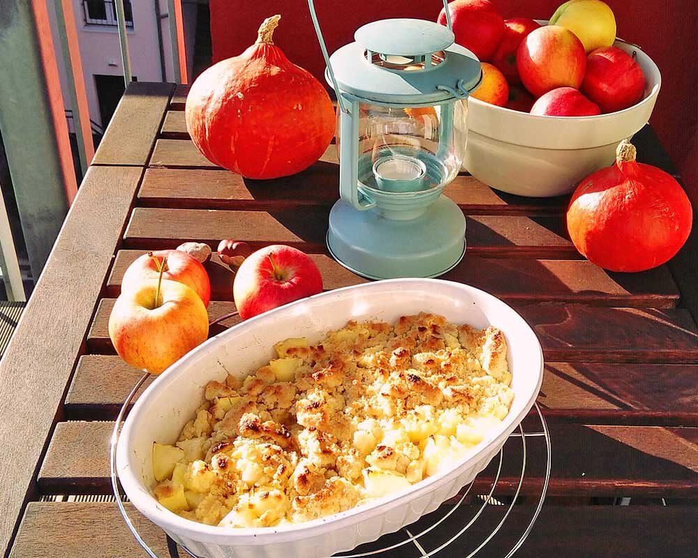 Apfel Crumble mit Herbst Deko