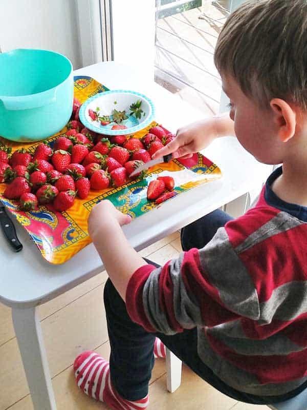 Kinder können beim Marmelade kochen super mithelfen