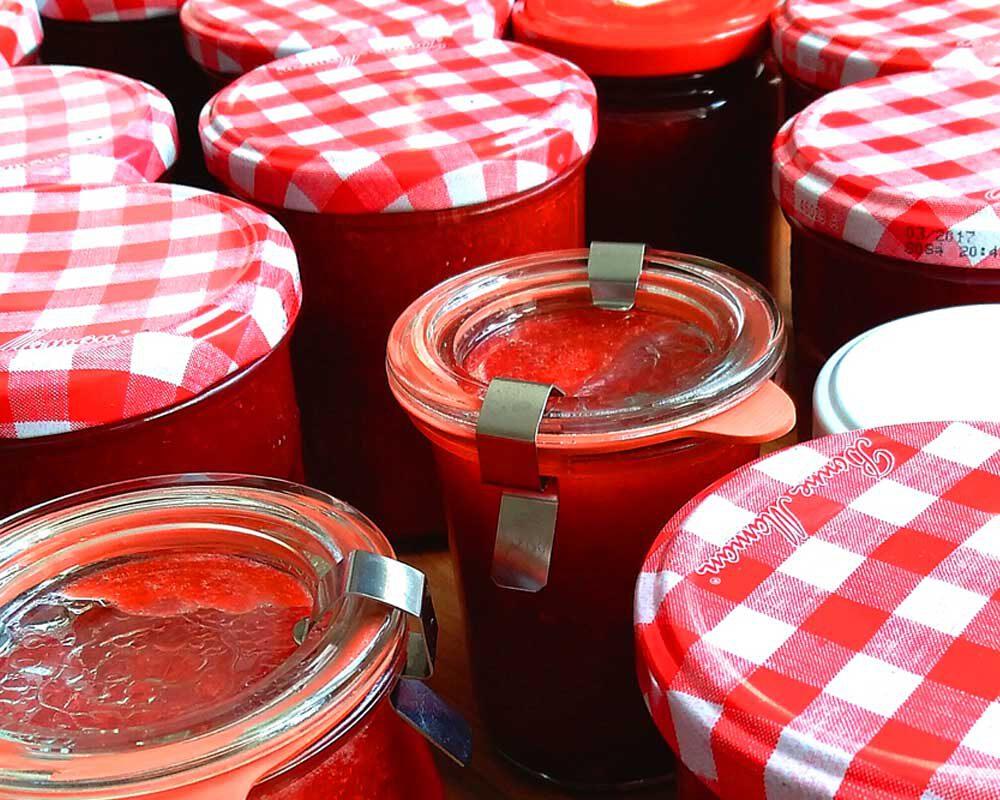 Erdbeermarmelade in Einmachgläsern