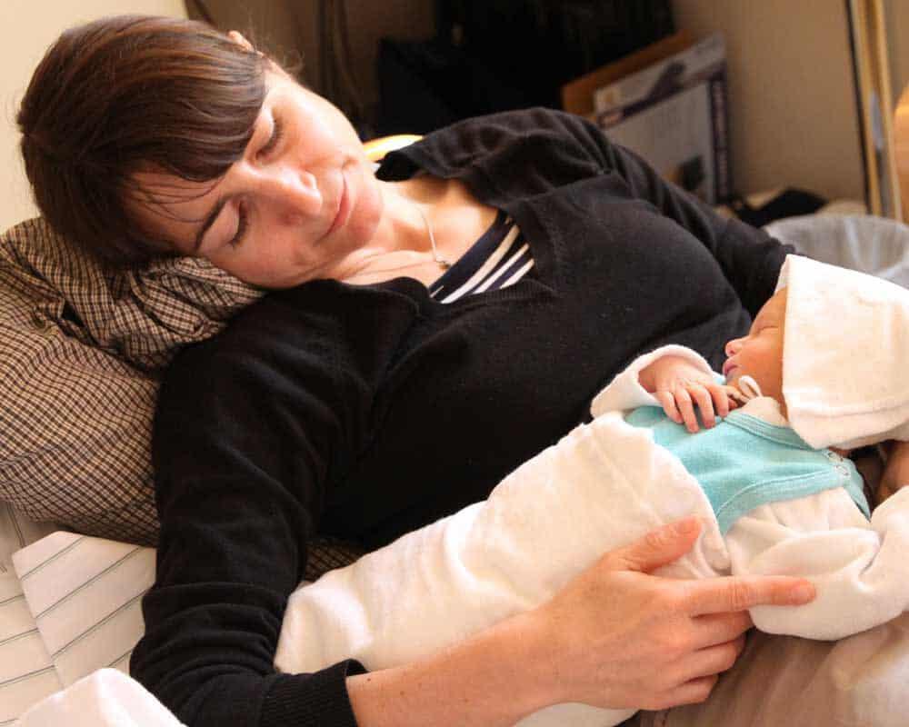 Baby schläft im Arm