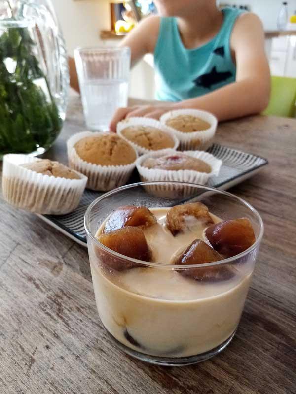 Eiskaffe mit fluffigen Muffins - die perfekte Kaffeepause