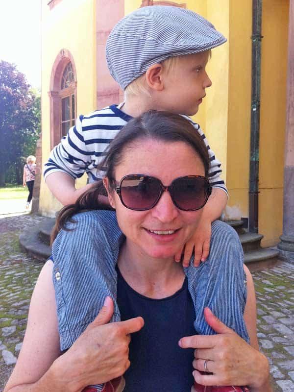 Kind auf den Schultern der Mutter