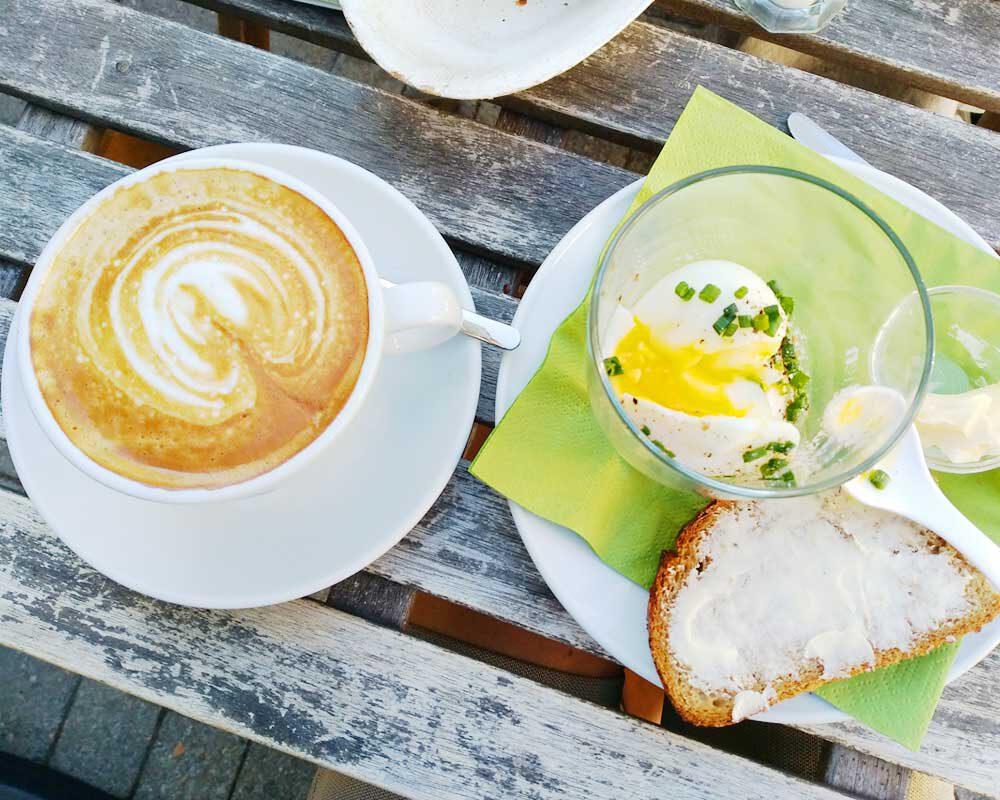Frühstück mit Kaffee und Ei im Glas