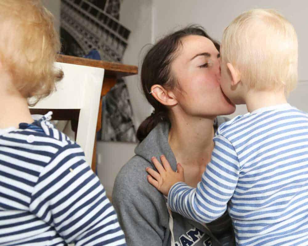 Mutter und Sohn kuscheln
