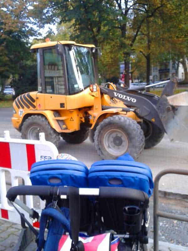 Pause mit dem Kinderwagen an der Baustelle
